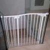 התקנת שער בטיחות ללא קדיחה במדרגות יורדות בית פרטי בהרצליה