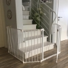 שער לפתחים רחבים שמקיף את כל גרם המדרגות בבית פרטי בירושלים