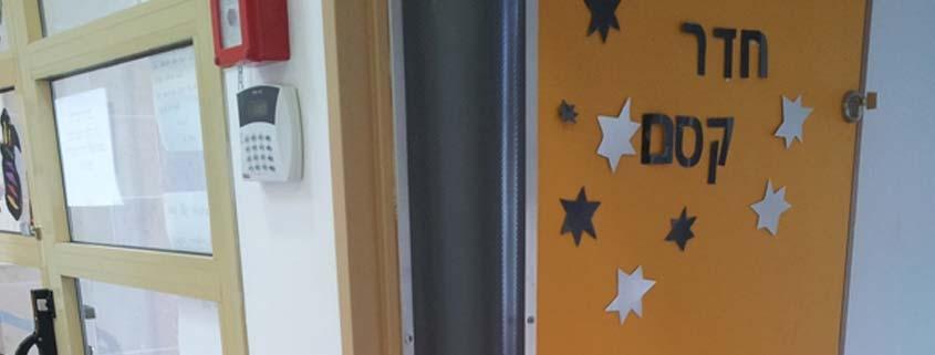 מגני אצבעות על צירי הדלתות